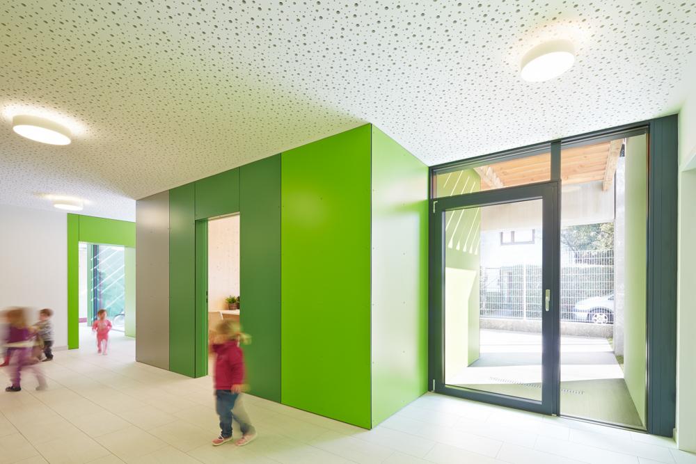 Innenansicht Gangbereich Kindergarten Mariahilf / kigago (Paschinger Architekten) Modulbauweise Massivholz
