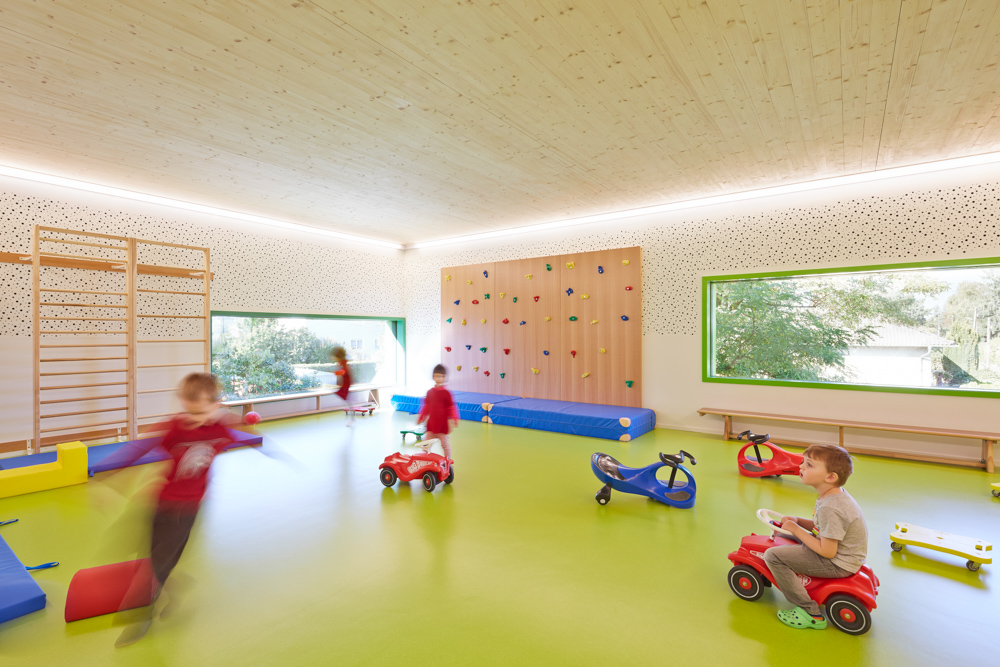 Heller Spielbereich im Kindergarten Mariahimmelfahrt von kigago (Paschinger Architekten)