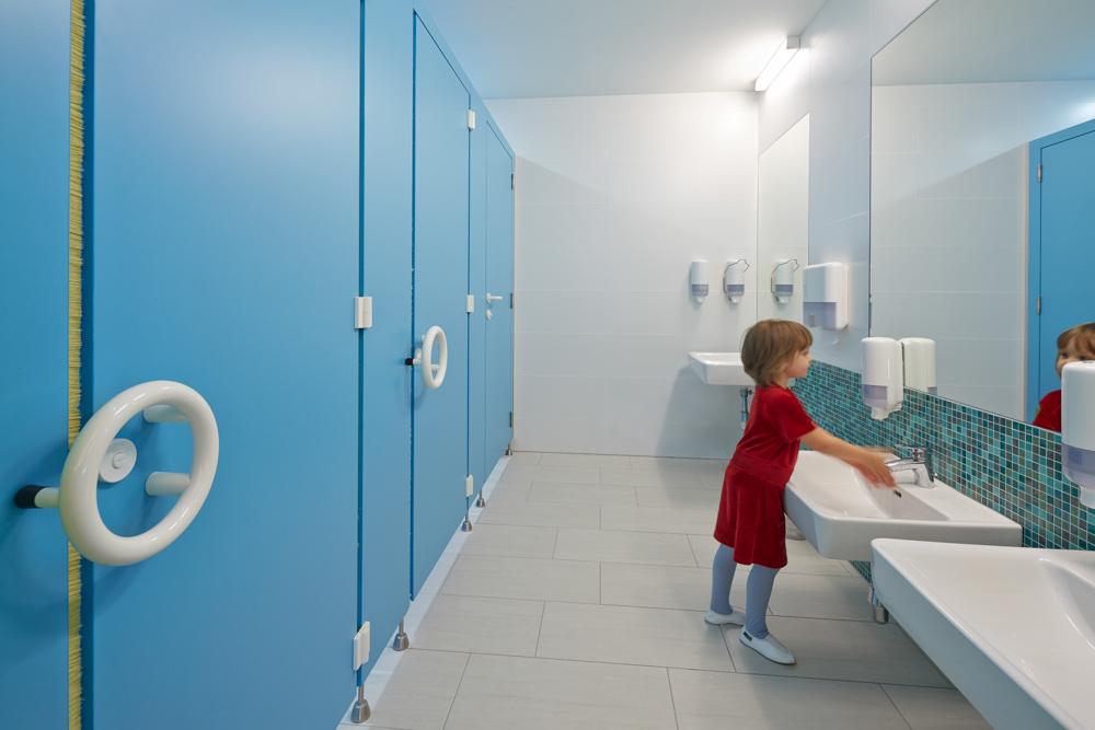 Kindergerechte, freundliche Toiletträume im Kindergarten Mariahimmelfahrt. Kigago / Paschinger Architekten