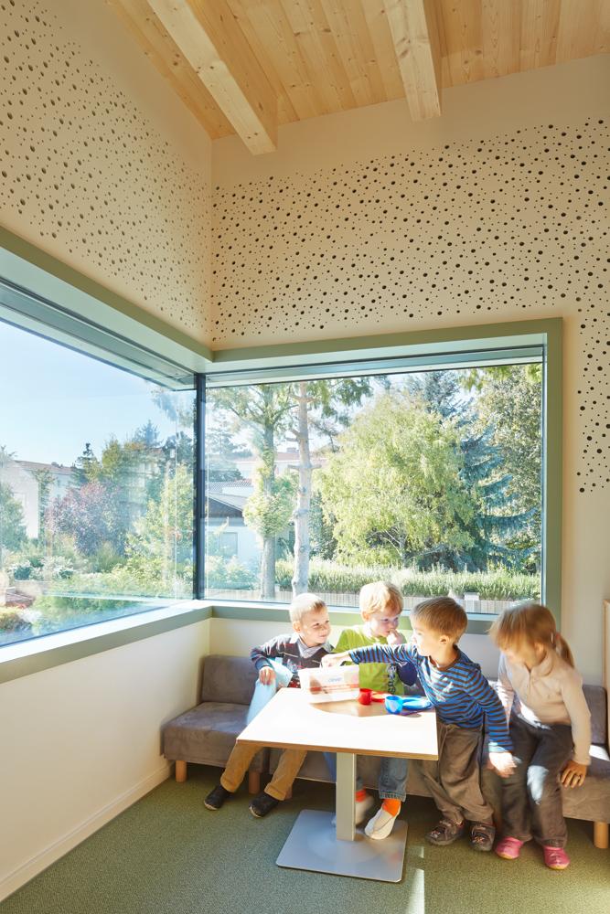Spielende Kinder im Kindergarten Mariahilf / kigago Modulbauweisen (Paschinger Architekten) Massivholz