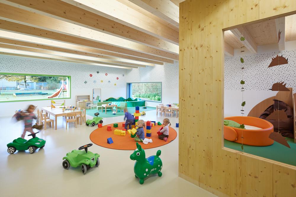 Heller Gruppenraum im Kindergarten Mariahimmelfahrt von kigago (Paschinger Architekten)
