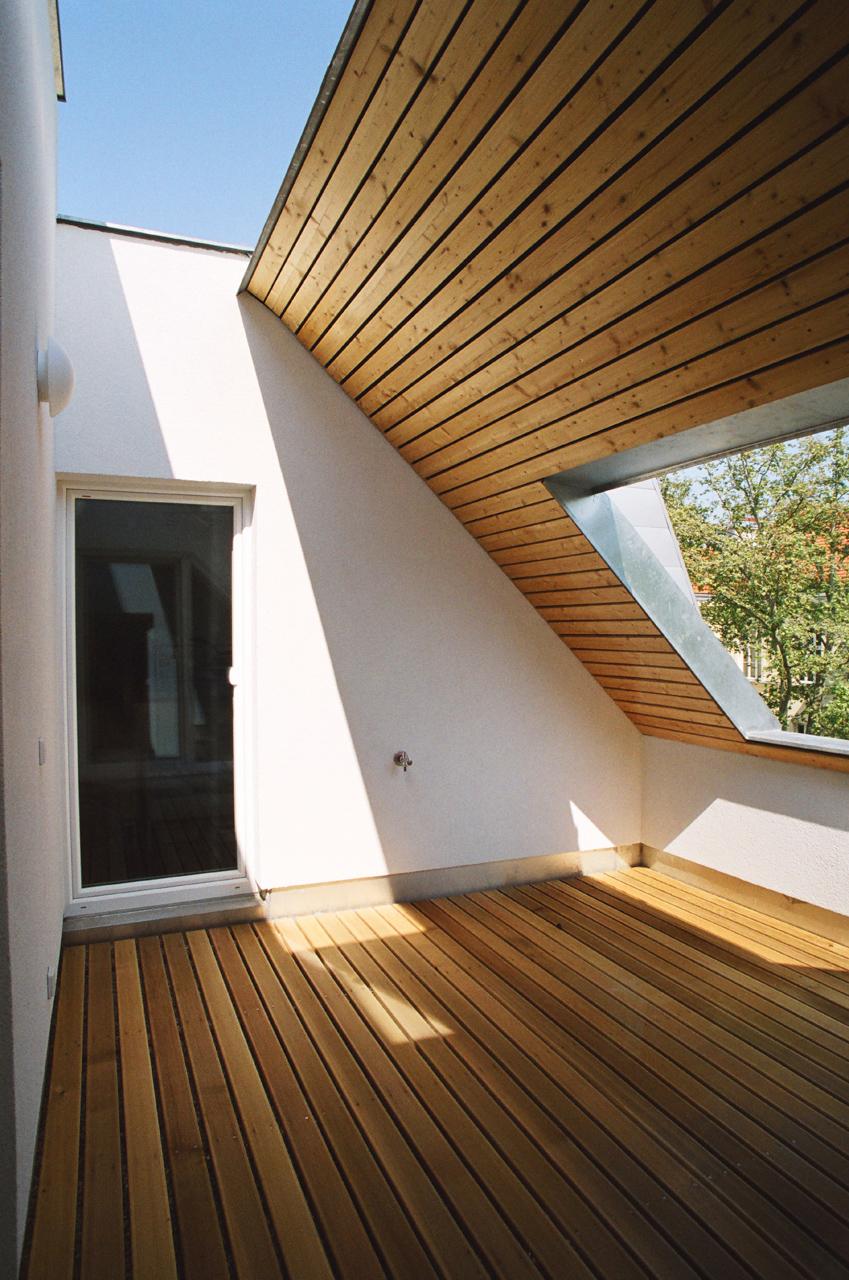 Dachterrasse aus Holz als Teil einer Wohnhausanlage (Paschinger Architekten)