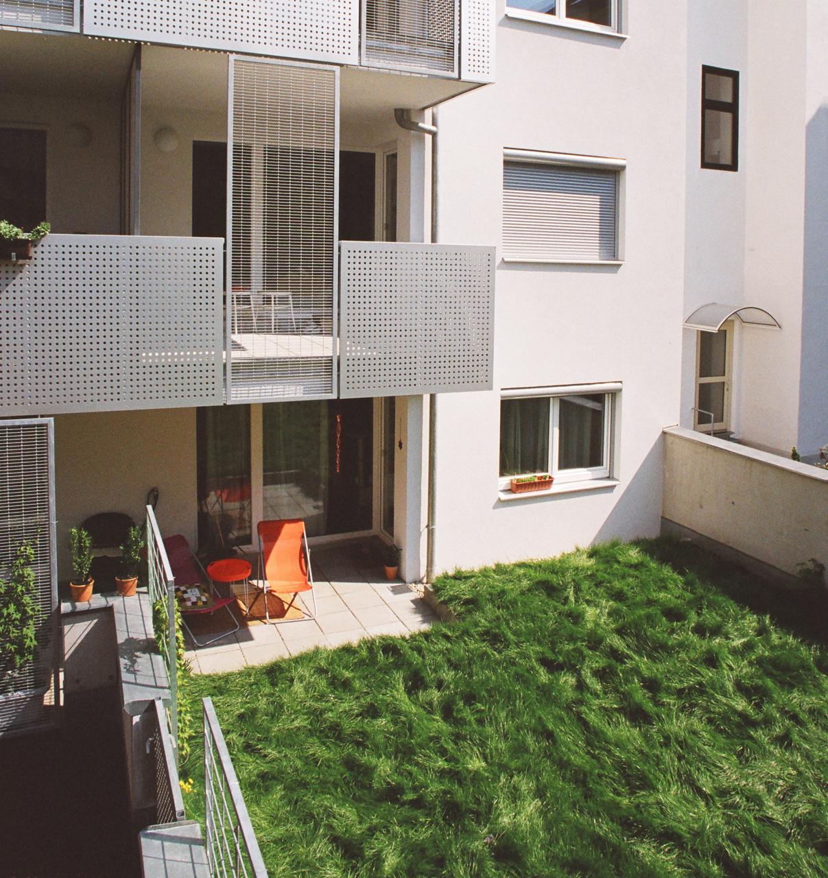 Terrasse als Teil einer Wohnhausanlage (Paschinger Architekten)