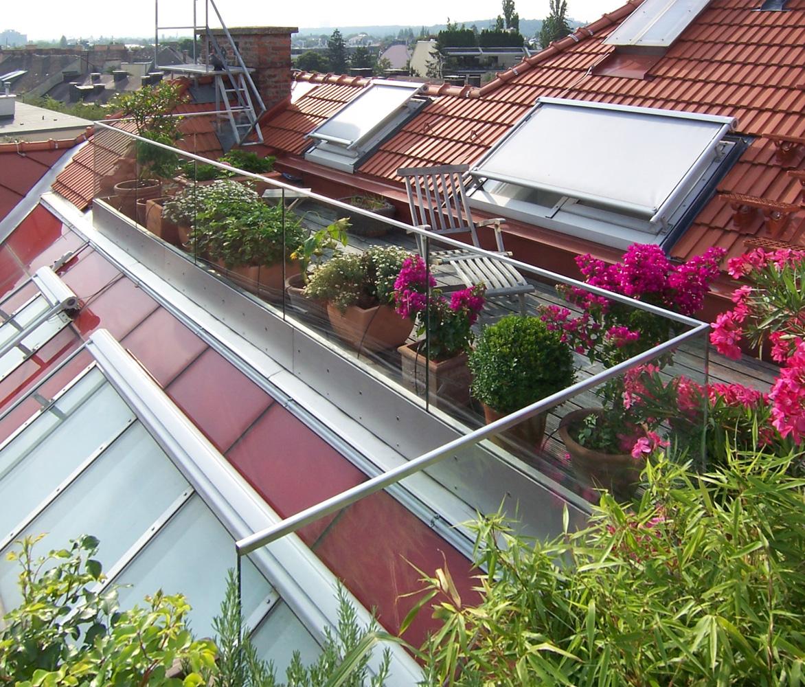 Dachterrasse aus Holz eines Dachgeschossausbaus in Wien (Paschinger Architekten)