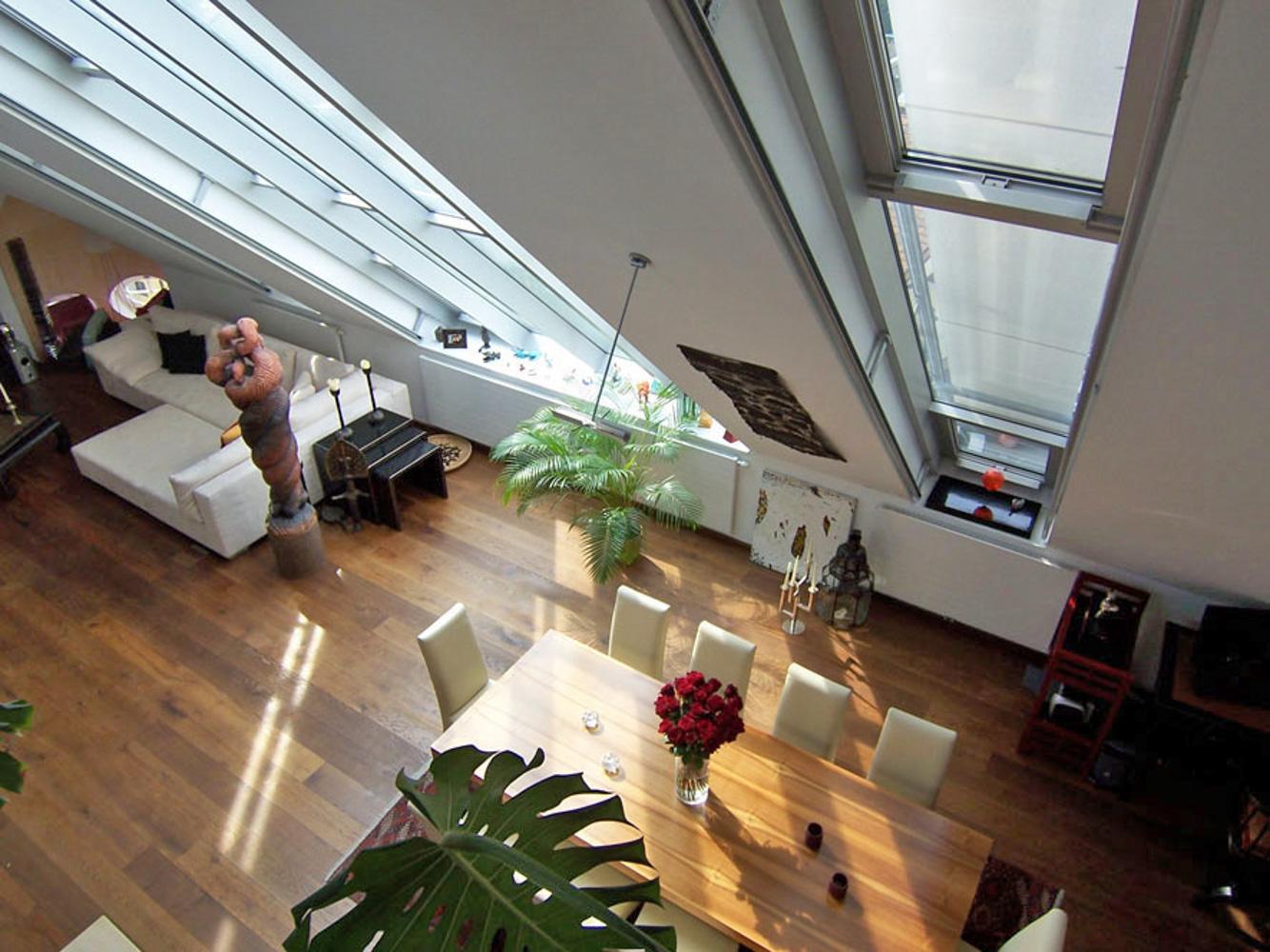 Innenansicht eines Dachgeschossausbaus in Wien mit großen Glasfenster (Paschinger Architekten)
