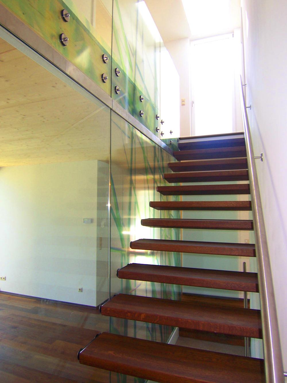 Innenansicht eines Doppelhauses an der alten Donau mit Holz-Glas-Stiege