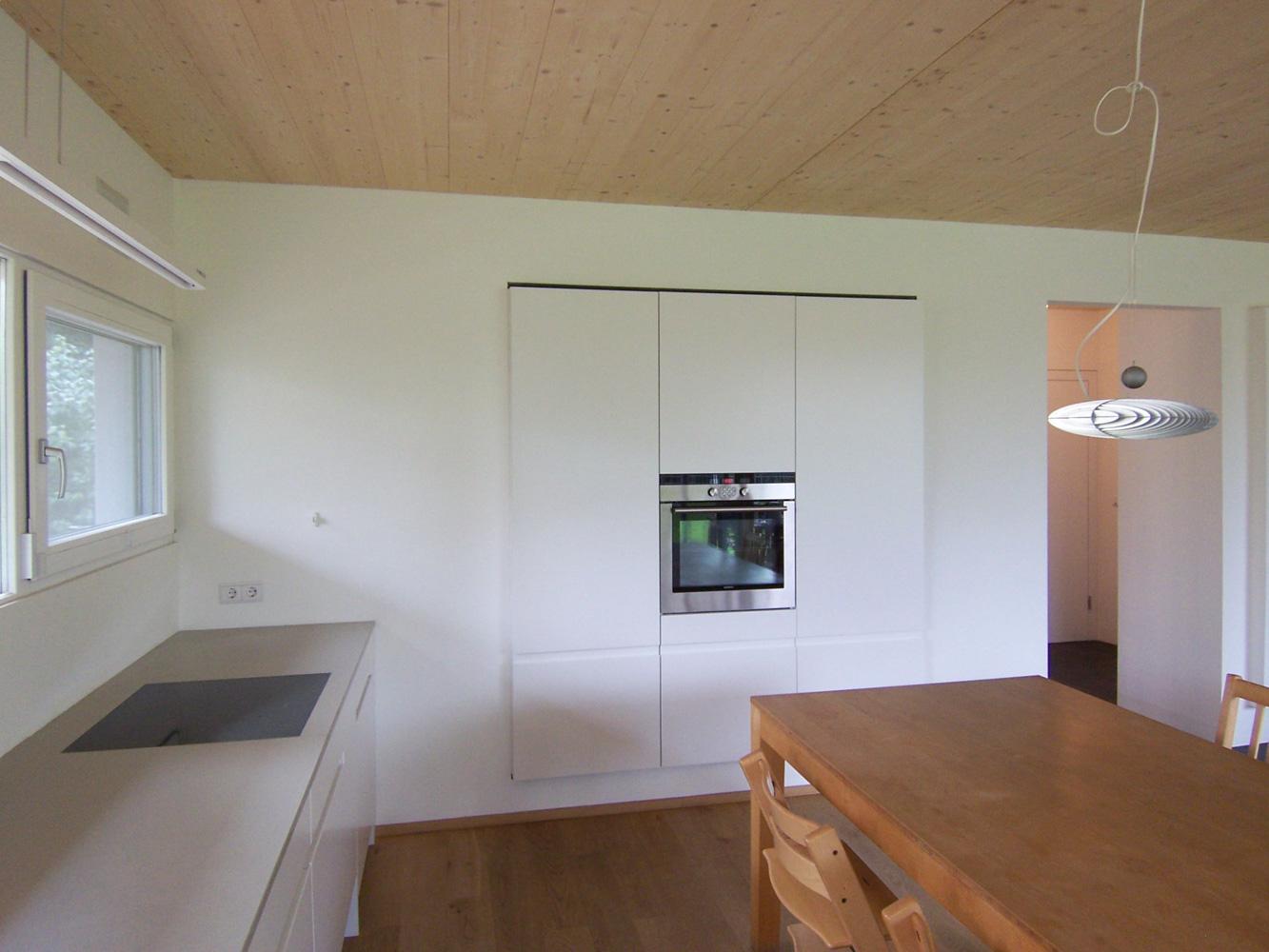 Innenansicht der Küche mit integrierten Geräten und Stauraum eines Doppelhauses an der alten Donau