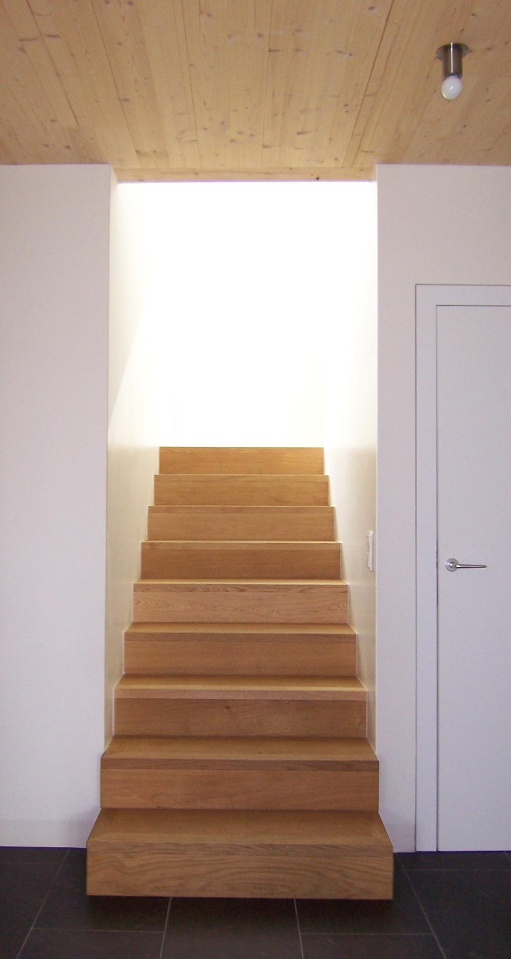 Wunderschön in den Wohnraum integrierte Holztreppe in einem Doppelhaus an der alten Donau