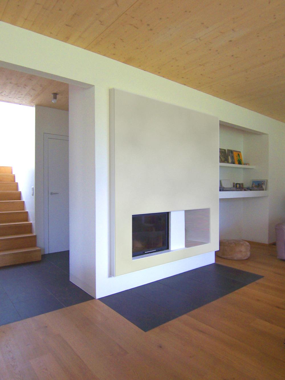 Integrierter Kamin in den Wohnraum eines Doppelhauses an der alten Donau, das von den Paschinger Architekten geplant wurde