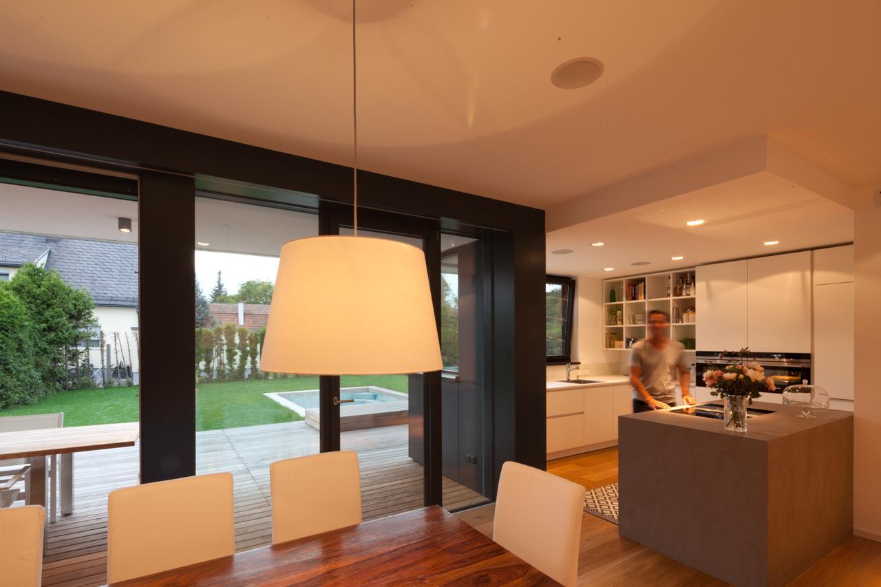 Bild des Wohnzimmers und der Küche mit integriertem Möbeldesign (Küchenblock) von einem Einfamilienhaus das von Architekten geplant wurde