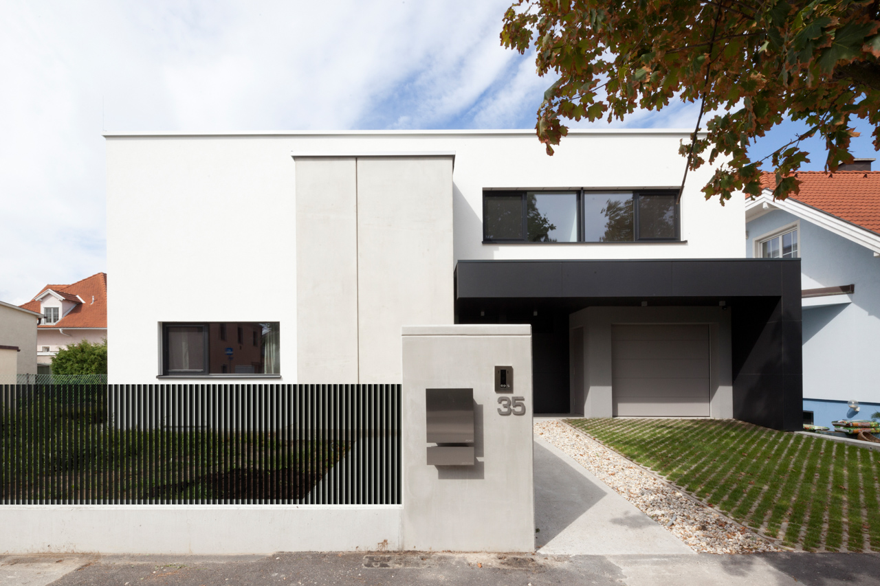 Außenansicht eines Einfamilienhauses aus Massivholz in Niederösterreich (Paschinger Architekten)