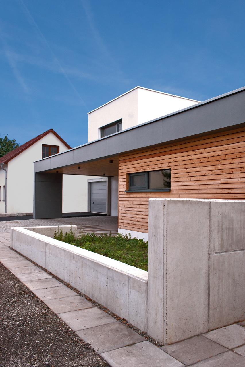 Außenansicht eines Einfamilienhauses in Ebreichsdorf Niederösterreich mit Holz (Paschinger Architekten)