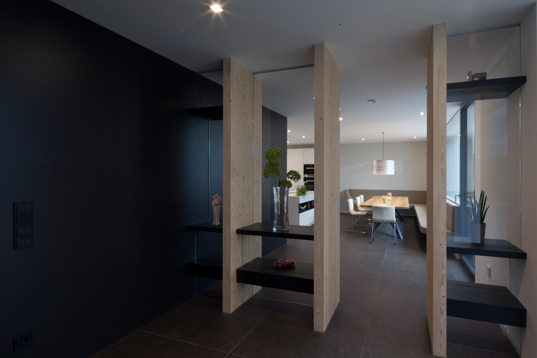 Integrierte Möbelplanung im Wohnzimmer/Gangbereich eines Bungalows der von Architekten geplant wurde