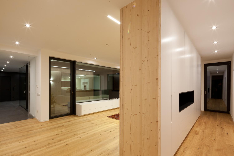 Bild einer integrierten Schranklösung in einem Wohnzimmer eines Bungalows, der von Architekten geplant wurde