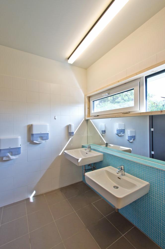 Sanitärräumlichkeiten Kindergarten in Holzmassiv-Bauweise der ARGE kigago (Paschinger Architekten)