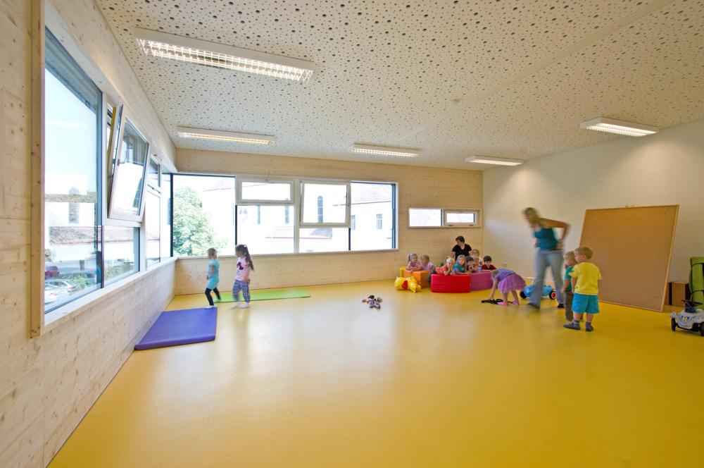 Heller Spielbereich im Kindergarten von kigago (Paschinger Architekten)