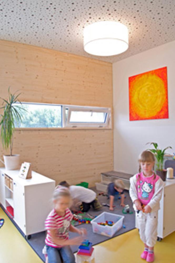Spielende Kinder im Kindergarten in Modulbauweise und Massivholzbauweise / kigago (Paschinger Architekten)