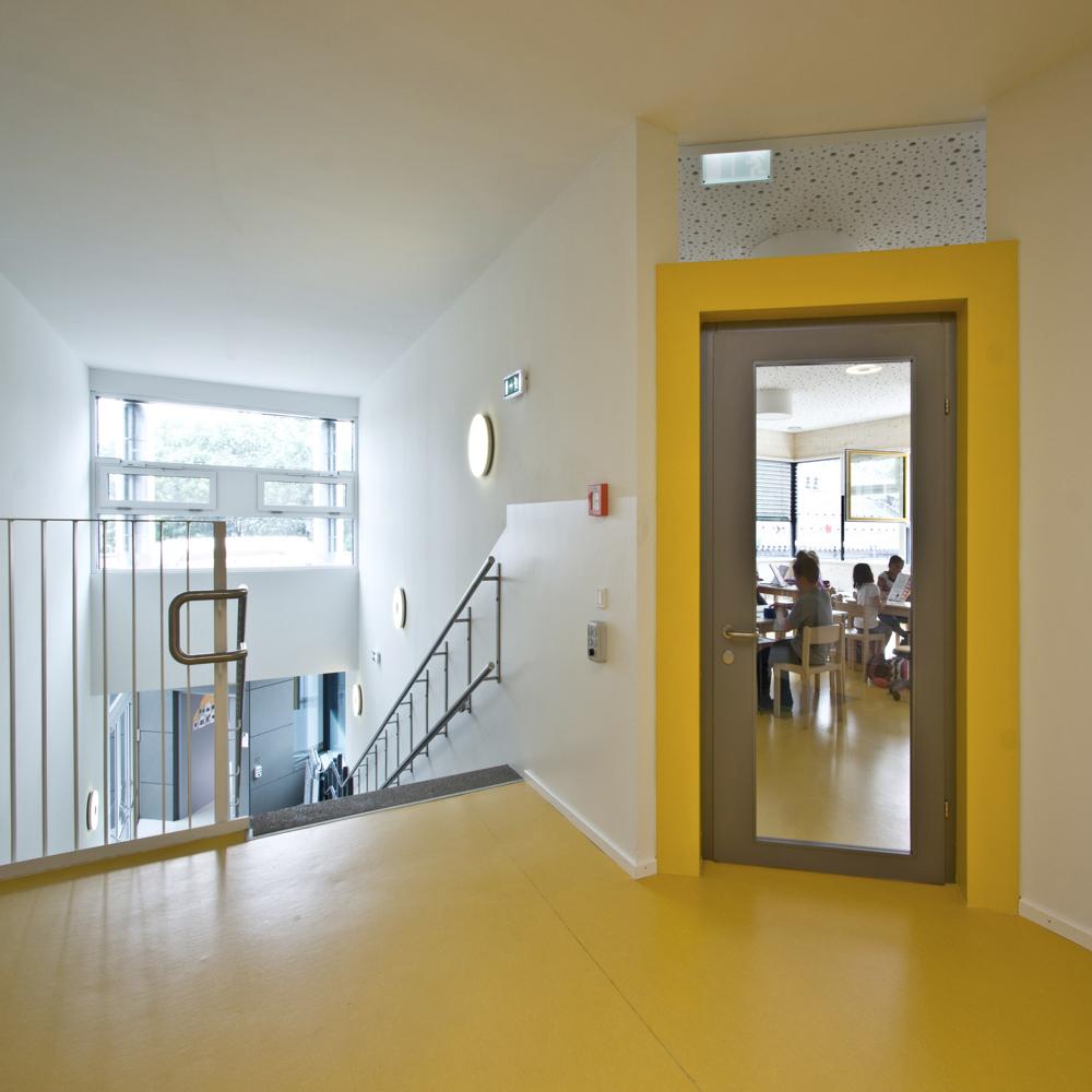 Innenansicht Kindergarten in Modulbauweise und Massivholzbauweise / kigago (Paschinger Architekten)