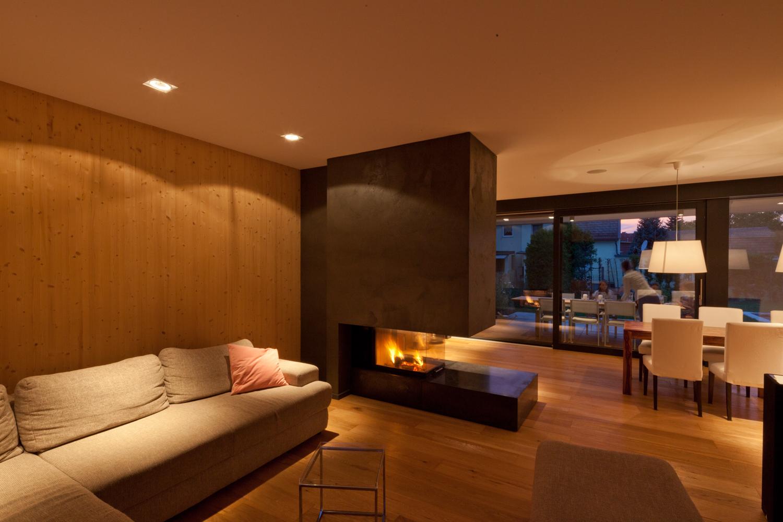 Bild des Wohnzimmers mit integriertem Möbeldesign (Kamin) von einem Einfamilienhaus das von Architekten geplant wurde
