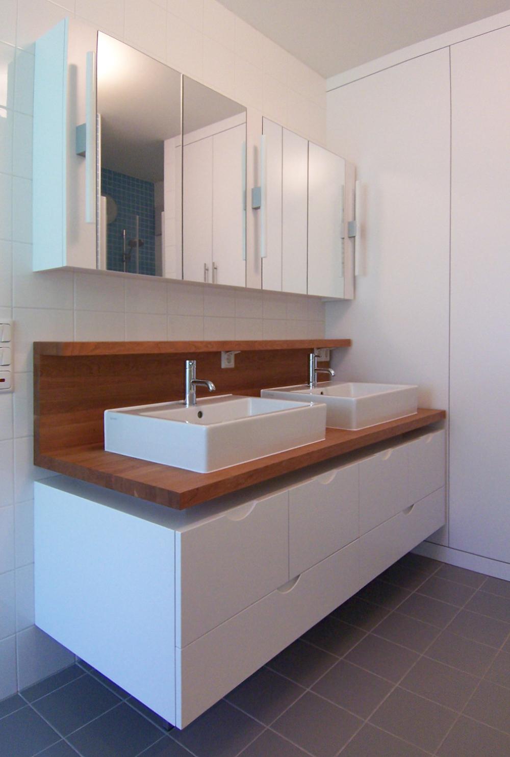 Bild des Bades mit integriertem Möbeldesign (Doppel-Waschtisch) von einem Einfamilienhaus das von Architekten geplant wurde