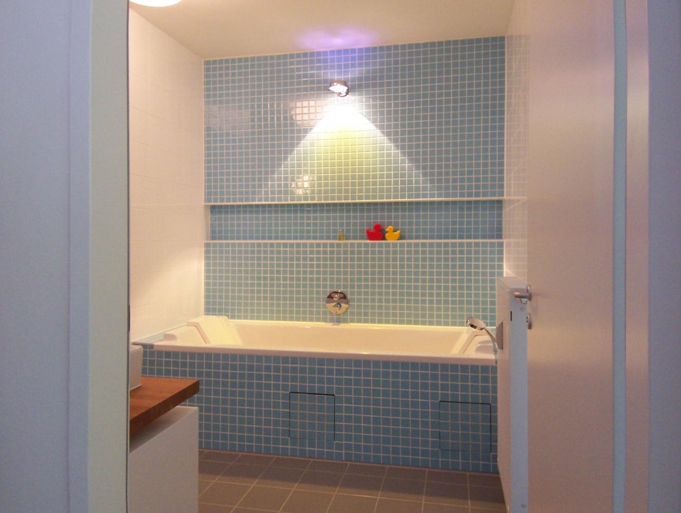 Bild des Bades mit integriertem Möbeldesign (Badewanne) von einem Einfamilienhaus das von Architekten geplant wurde