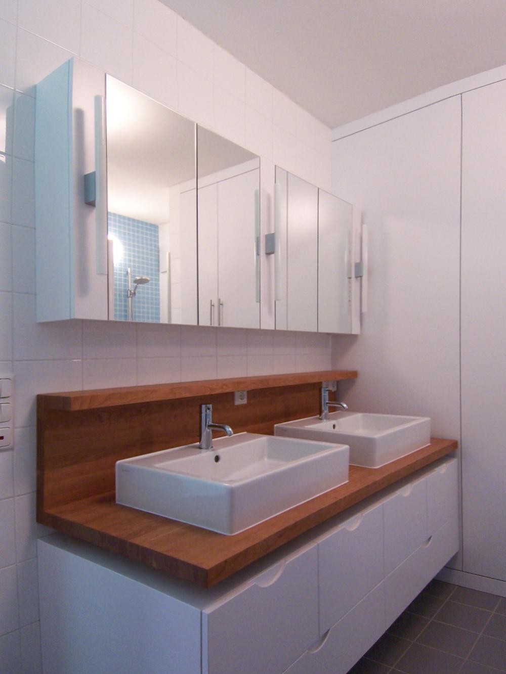 Bild des Bades mit integriertem Möbeldesign (Doppel-Waschtisch & Dusche) von einem Einfamilienhaus das von Architekten geplant wurde