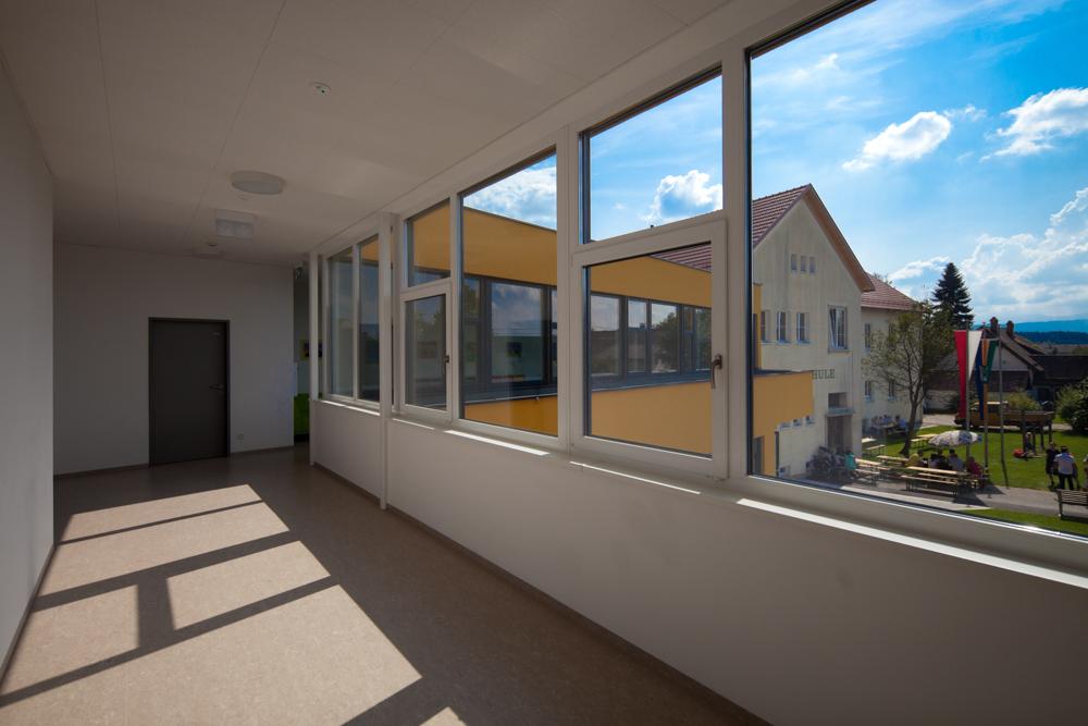 Gangaussicht Kindergarten Desselbrunn / kigago (Paschinger Architekten) Modulbauweise Massivholz