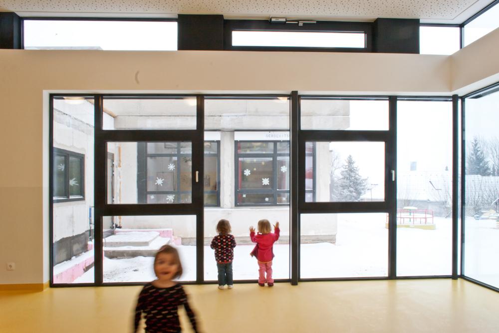 Innenansicht Gruppenraum Kindergarten-Erweiterung Drassburg / kigago (Paschinger Architekten) Modulbauweise Massivholz