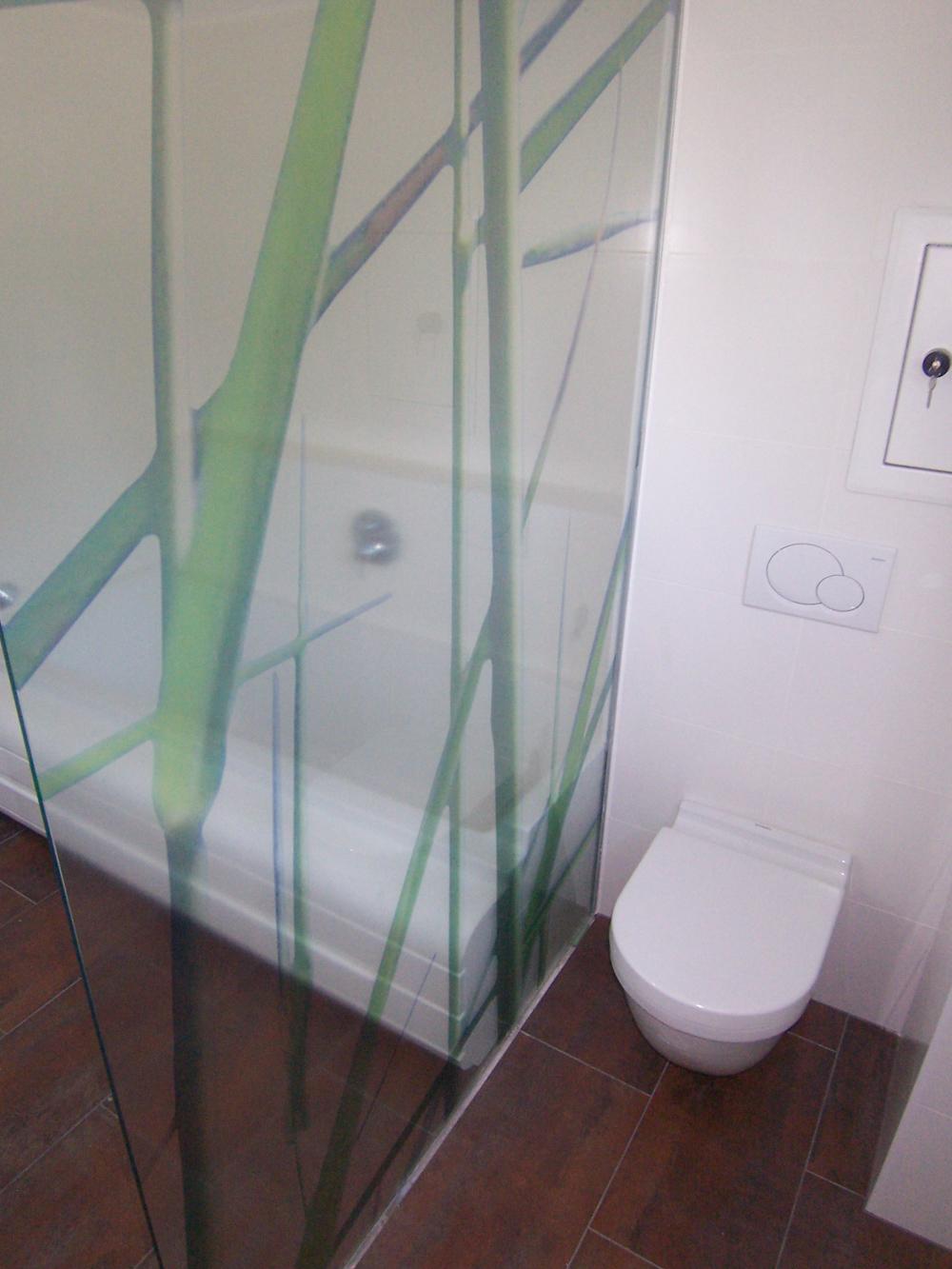Bild des Bades mit integriertem Möbeldesign (Toilette & Dusche) von einem Einfamilienhaus das von Architekten geplant wurde