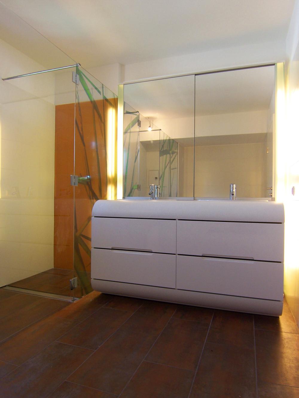 Bild des Bades mit integriertem Möbeldesign (Waschtisch & Dusche) von einem Einfamilienhaus das von Architekten geplant wurde