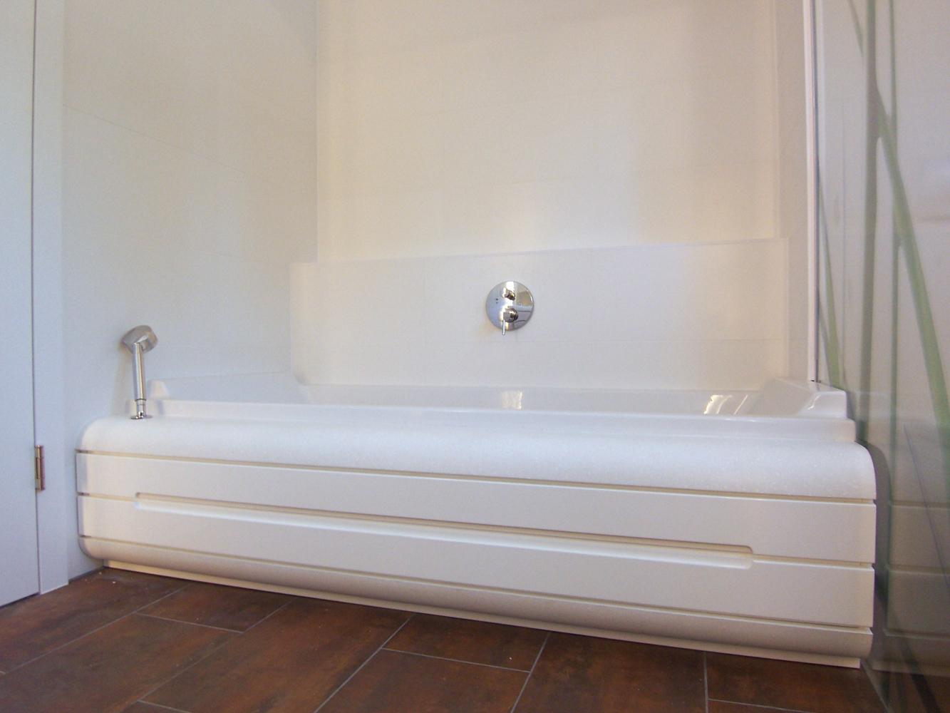 Bild des Bades mit integriertem Möbeldesign (Badewanne & Dusche) von einem Einfamilienhaus das von Architekten geplant wurde