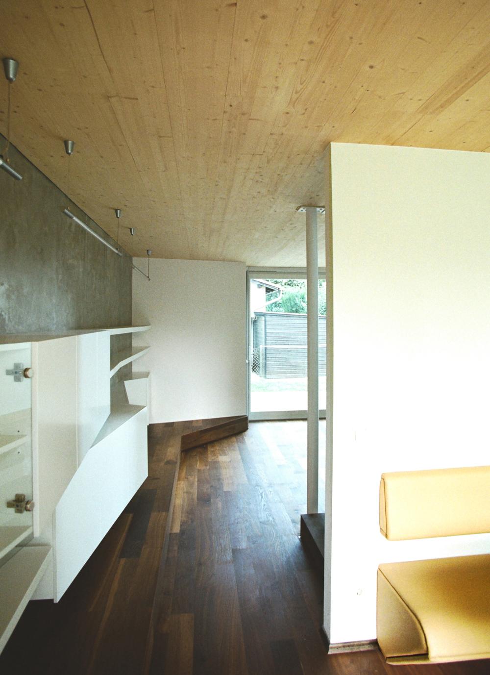 Bild des Wohnzimmers mit integriertem Möbeldesign (Esstisch) von einem Einfamilienhaus das von Architekten geplant wurde