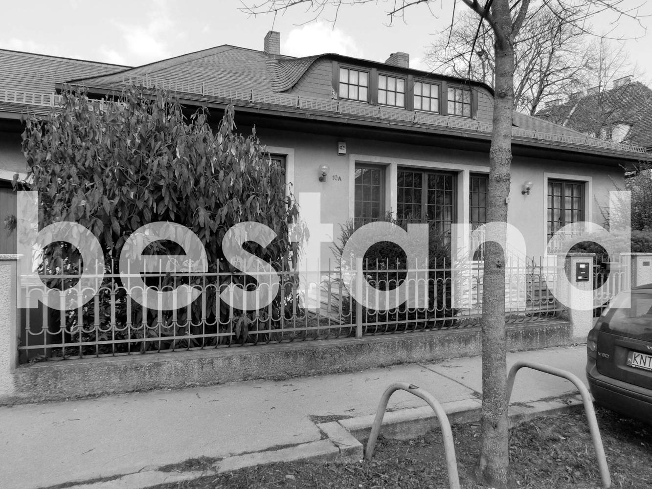Vorher-Foto des bestehenden Gebäudes am Grundstück für den Wohnbau in der Mantlergasse in Wien - Paschinger Architekten