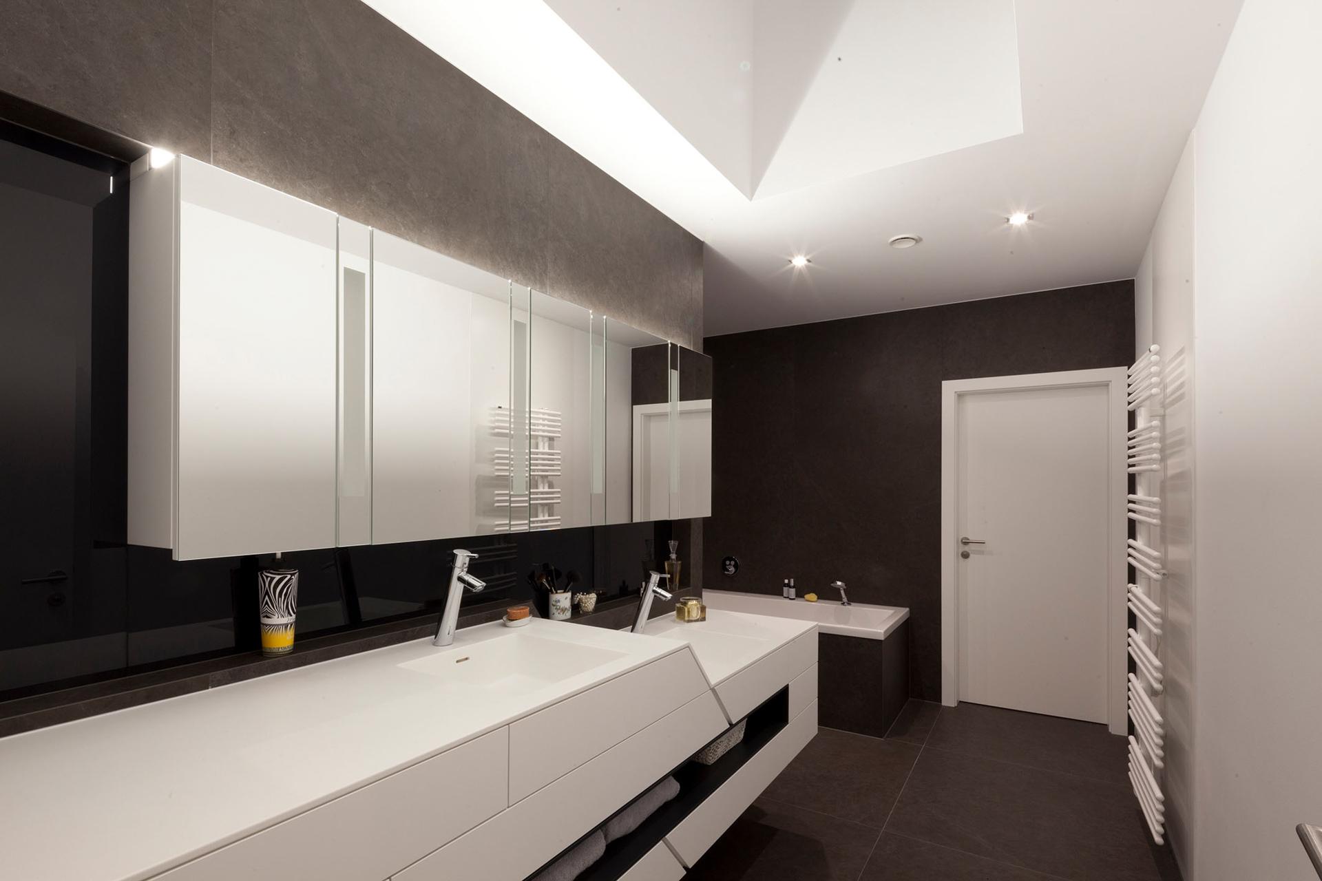 Von den Paschinger Architekten gestaltetes bzw. geplantes Badezimmer mit Doppel-Waschbecken, Badewanne und viel Platz