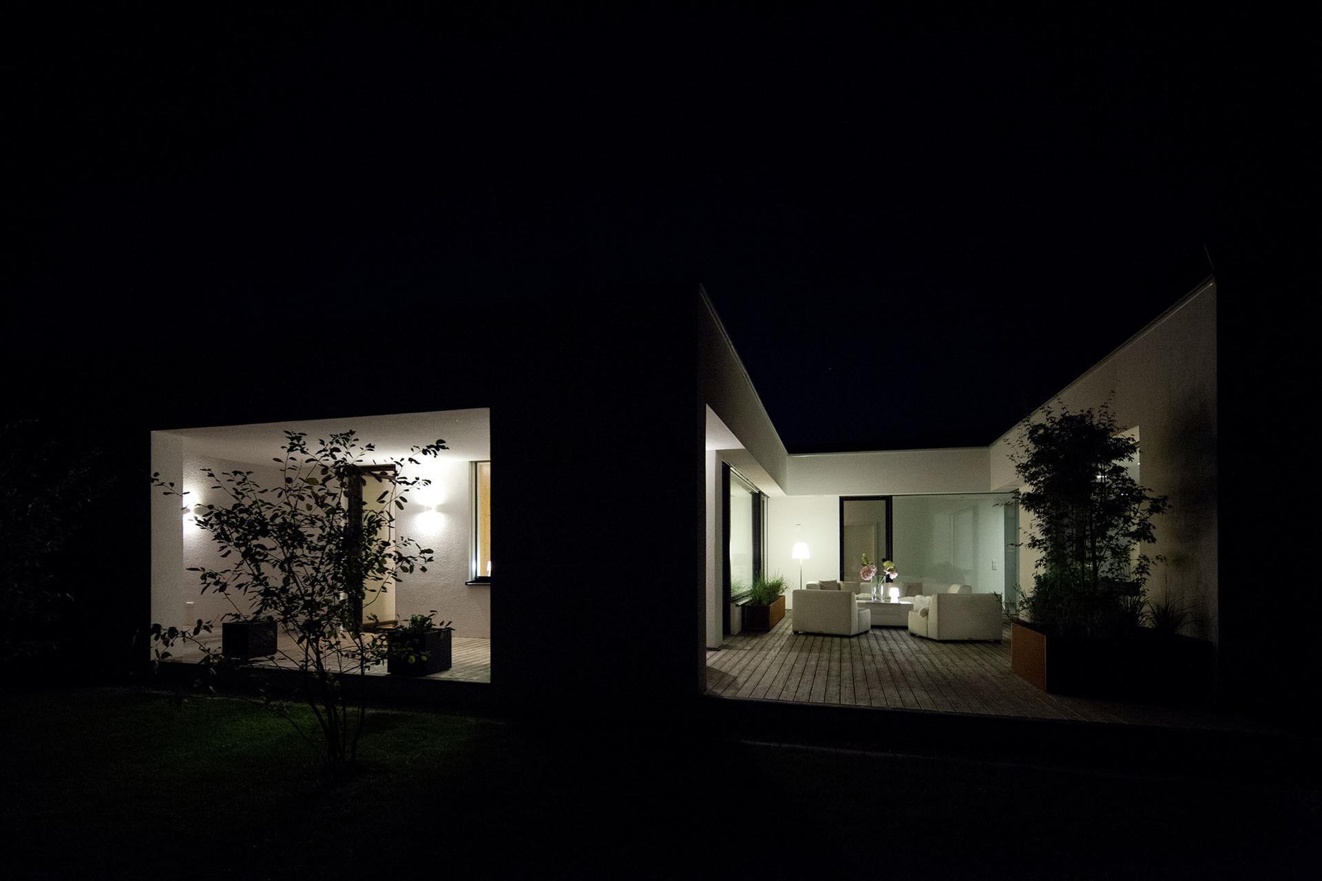 """Abendliche Ansicht des Innenhofes bzw. der Terrasse im """"Bungalow R"""" der Paschinger Architekten"""