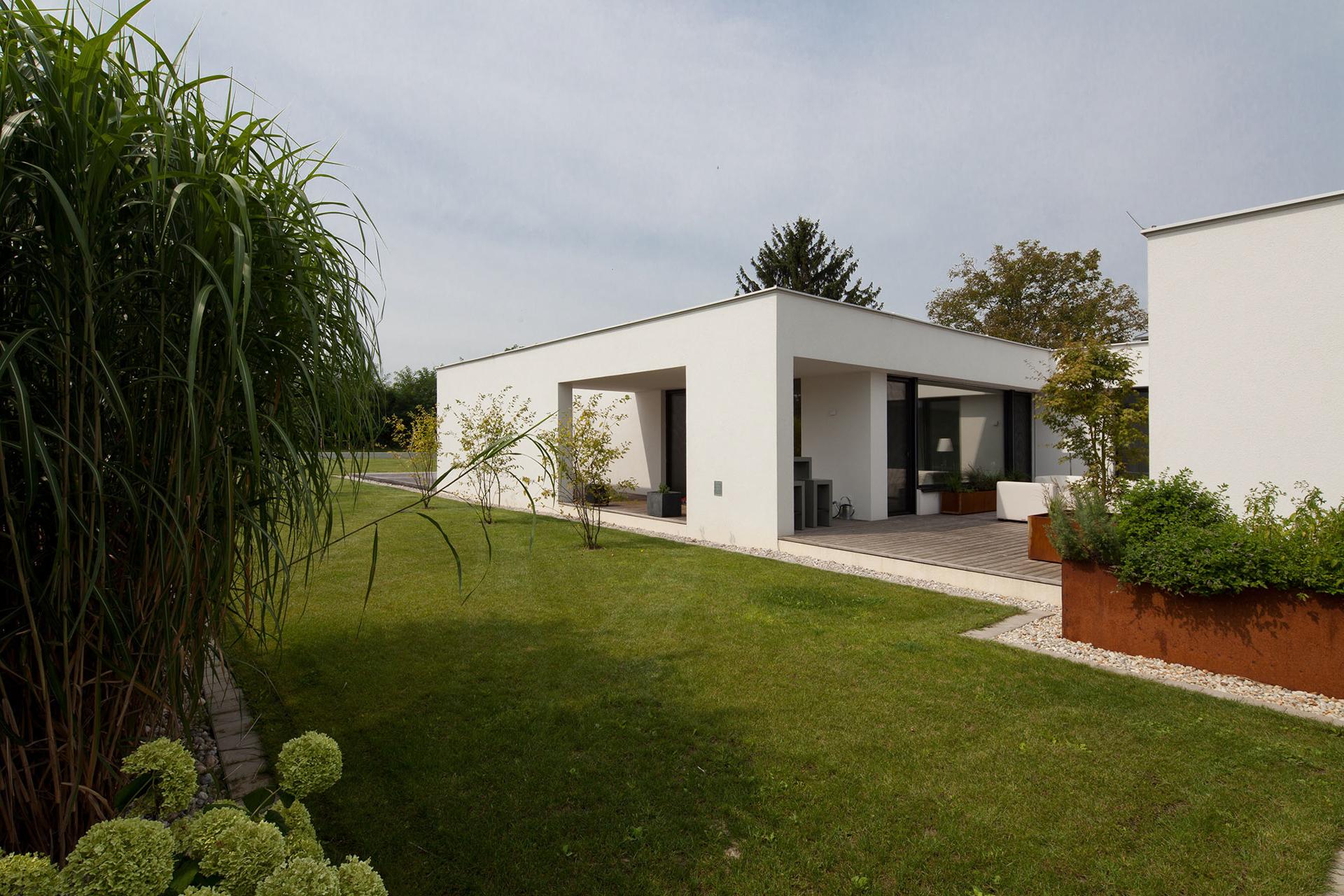 Außenansicht eines Bungalows der Paschinger Architekten mit Garten
