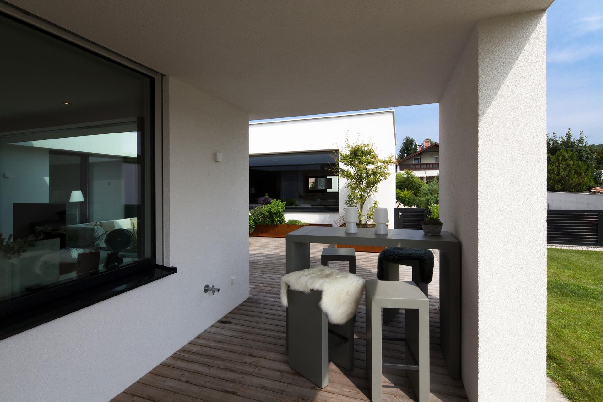 """Ansicht des Innenhofes bzw. der Terrasse im """"Bungalow R"""" der Paschinger Architekten"""