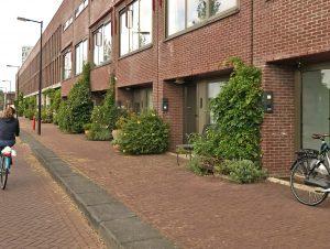Holländische Gebäude nützen den Platz an der Straßenseite