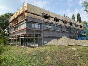 Außenansicht des komplett fertigen Rohbaus unseres Projektes KPS in Holzmassivbauweise in Guntramsdorf
